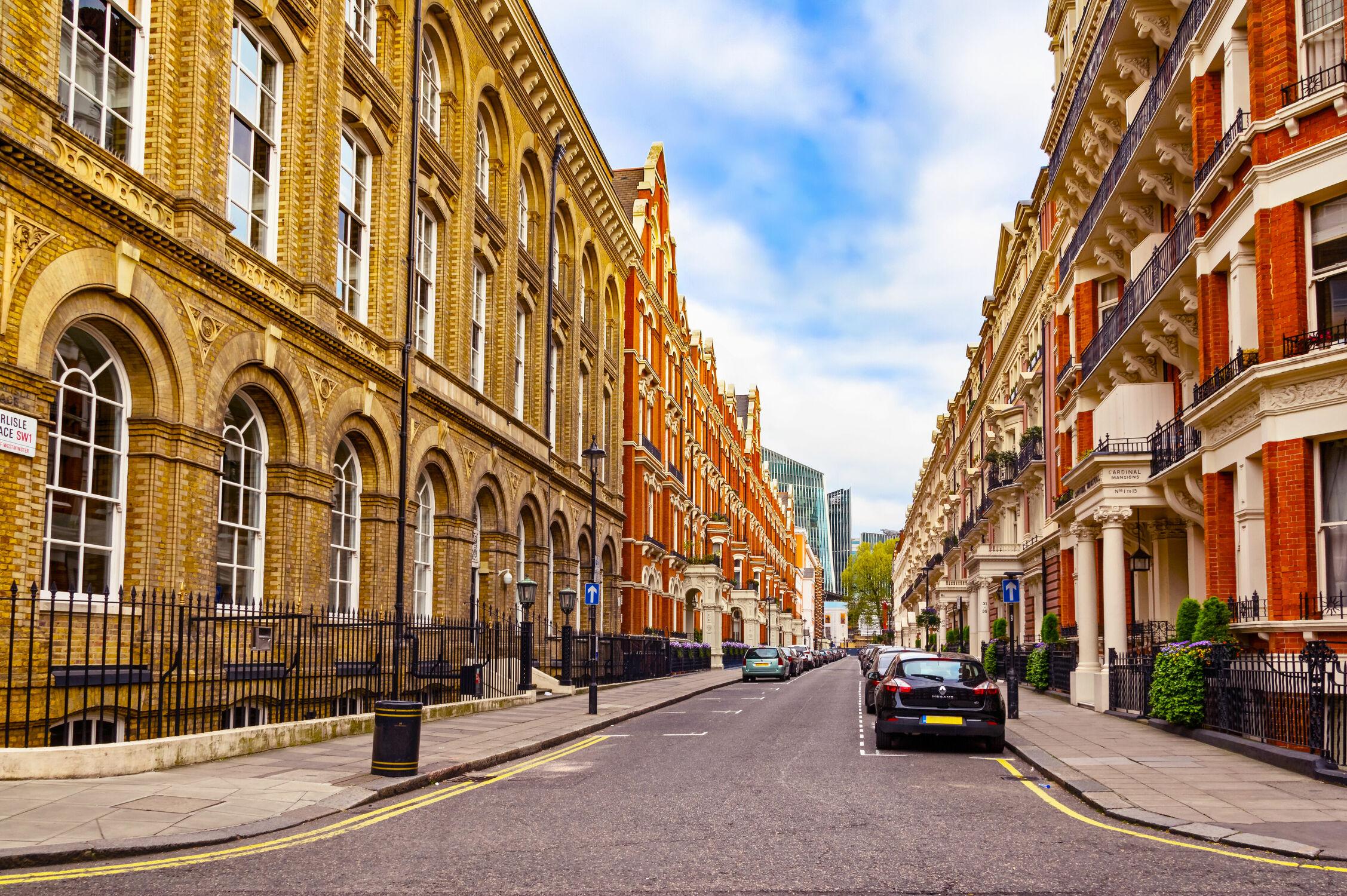 Bild mit Autos, Architektur, Gebäude, Häuser, England, London, Haus, Strasse, Stadt, Blauer Himmel, Stadtansichten, Tourismus, Weltstadt, Westminster, Strassenansicht, Streetfotografie, UK