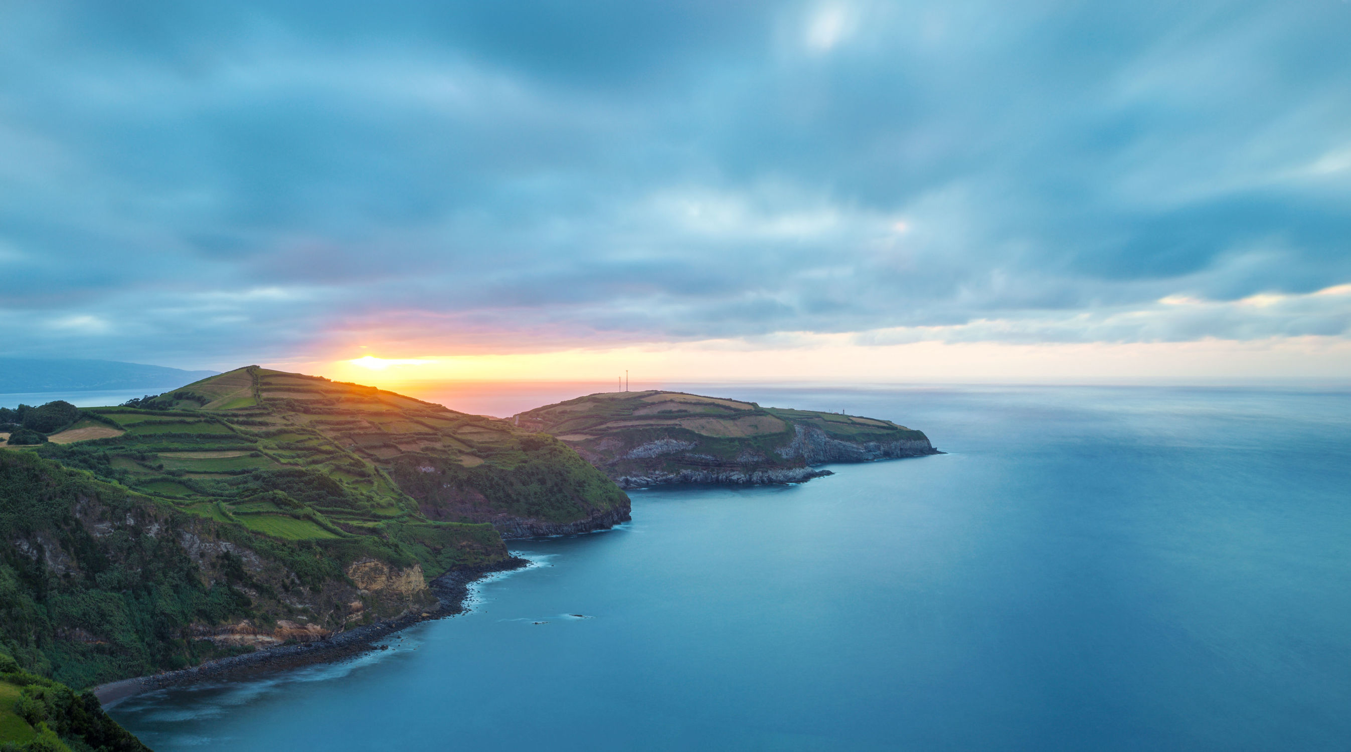 Bild mit Natur, Wasser, Berge, Gewässer, Sonnenuntergang, Sonnenaufgang, See, Küste, Am Meer, Wiesen, ozean