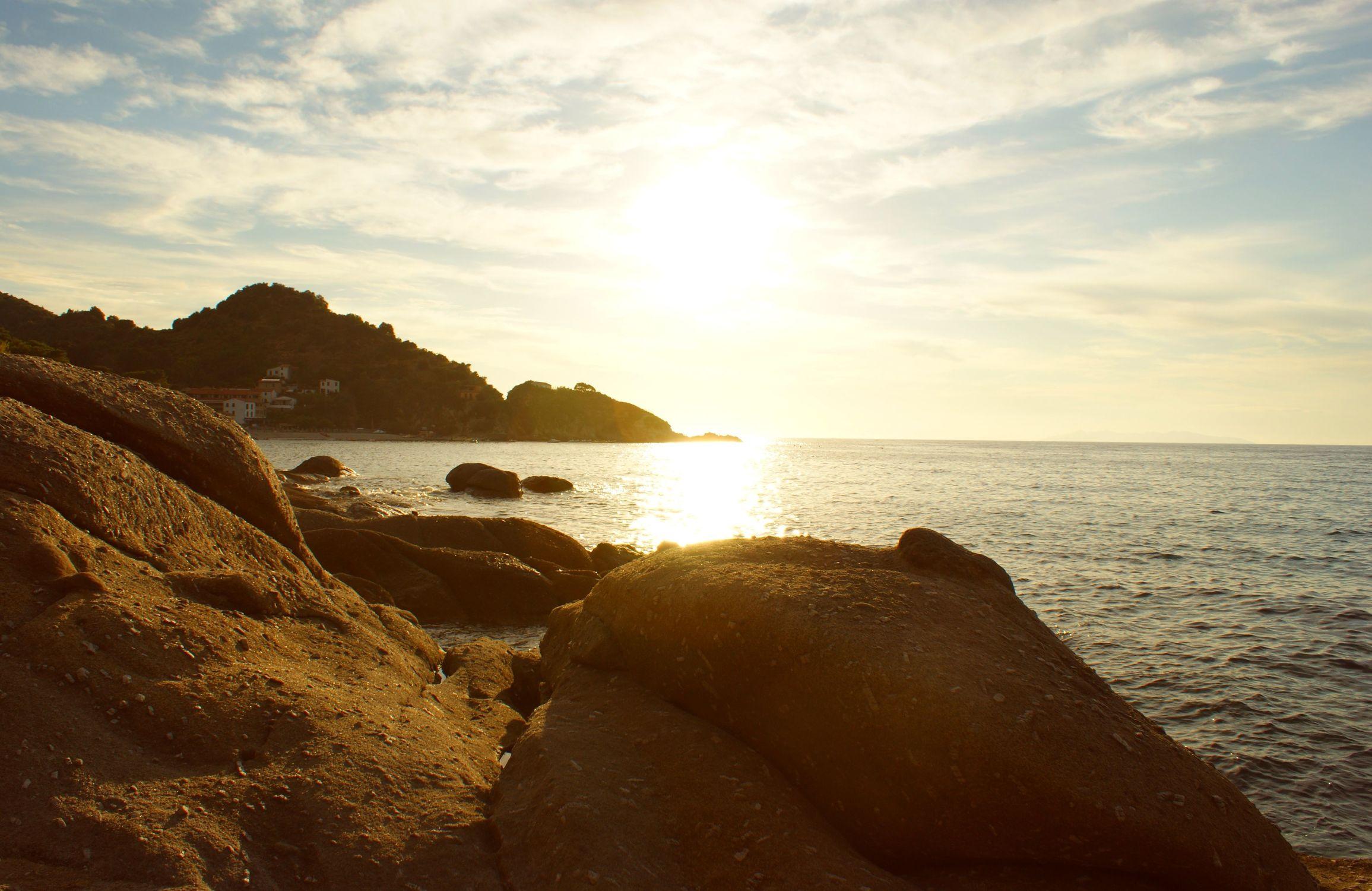 Bild mit Meere, Sonnenuntergang, Sonnenaufgang, Meer, ozean, Sehnsucht, Hügel und Wälder