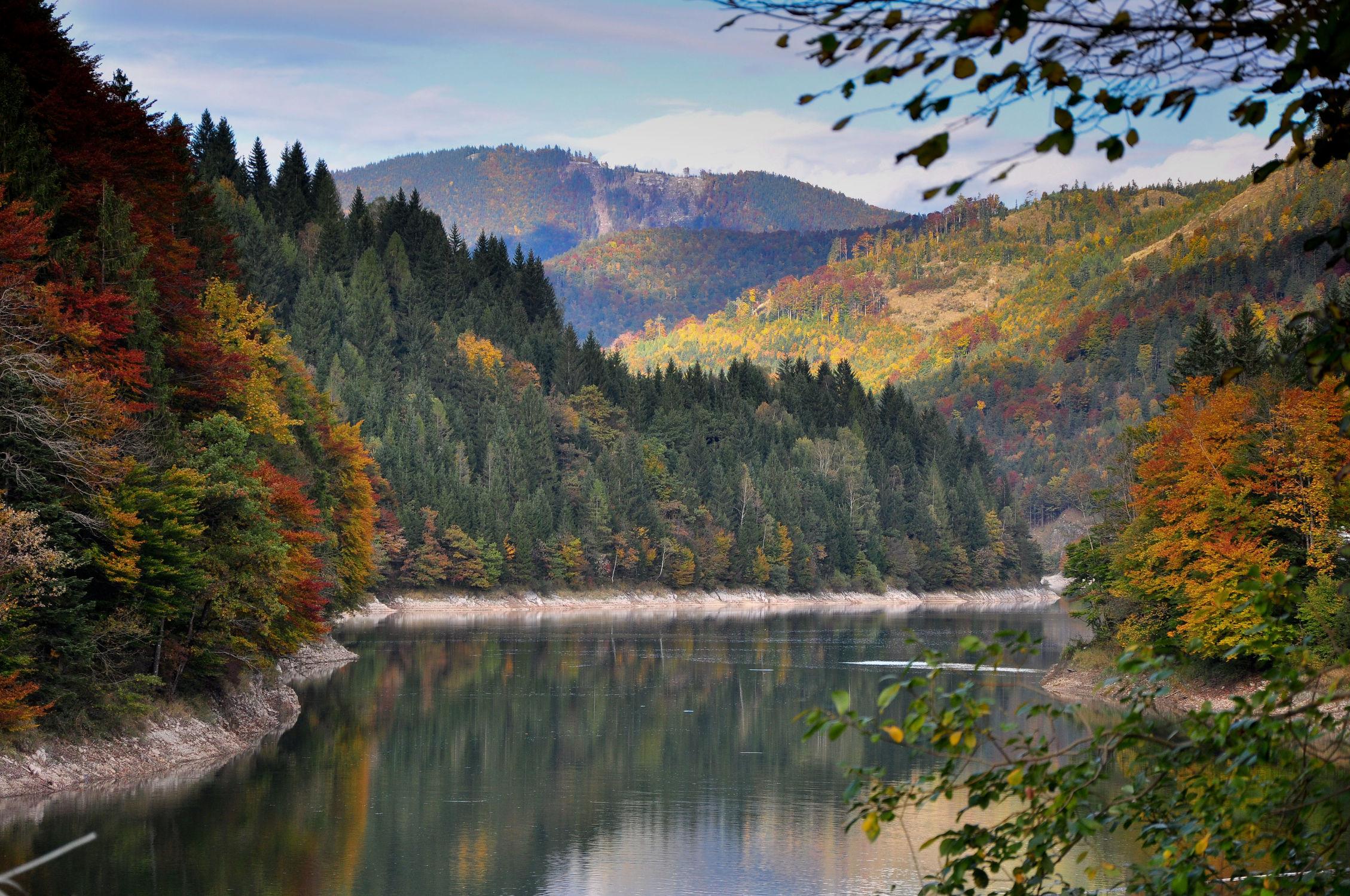 Bild mit Wasser, Landschaften, Landschaften, Berge und Hügel, Berge, Herbst, Blätter, Blatt, See, landscape, berg, stausee