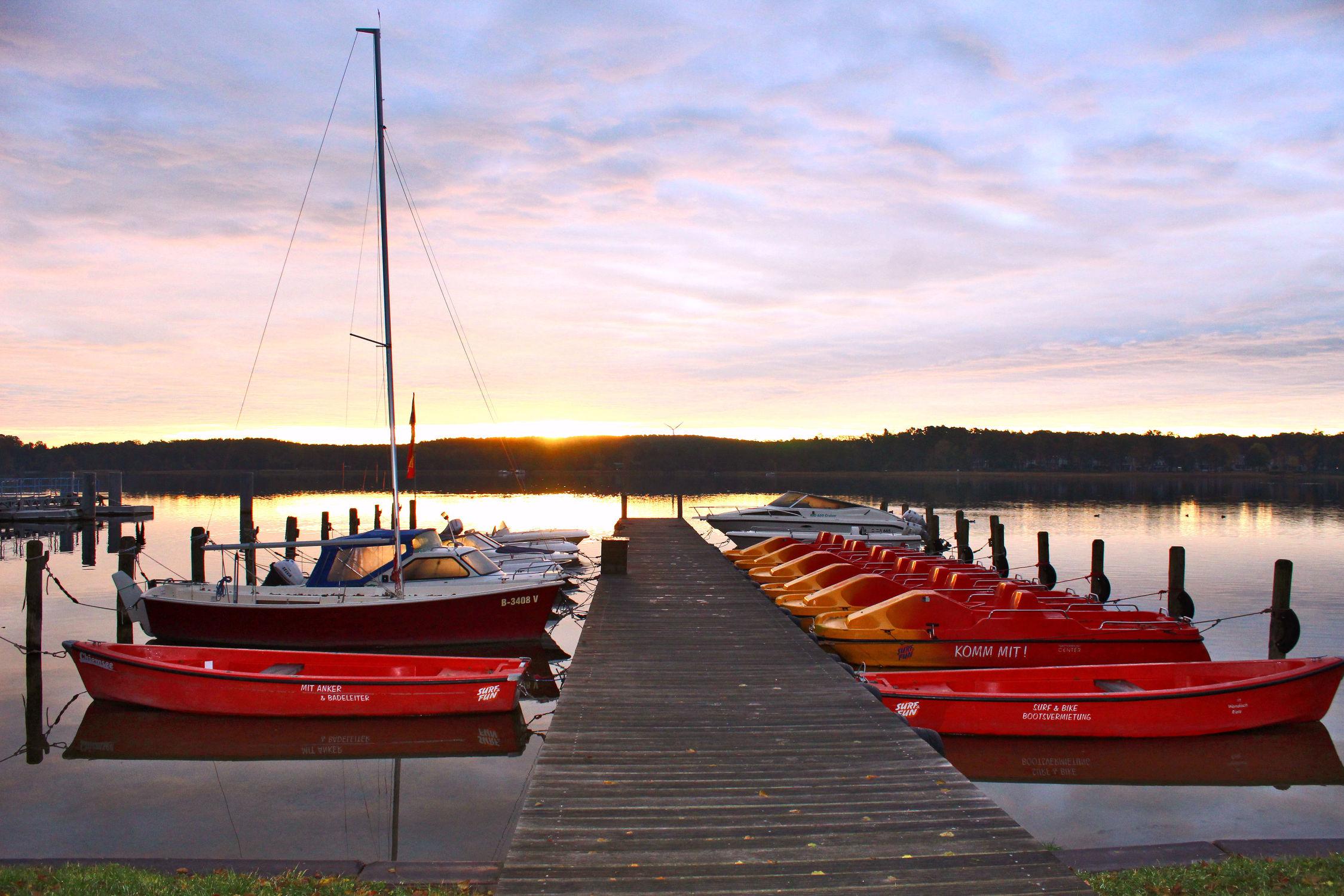 Bild mit Sonnenuntergang, Segelboote, Sonnenaufgang, Boote, Steg, Holzsteg, Scharmützelsee