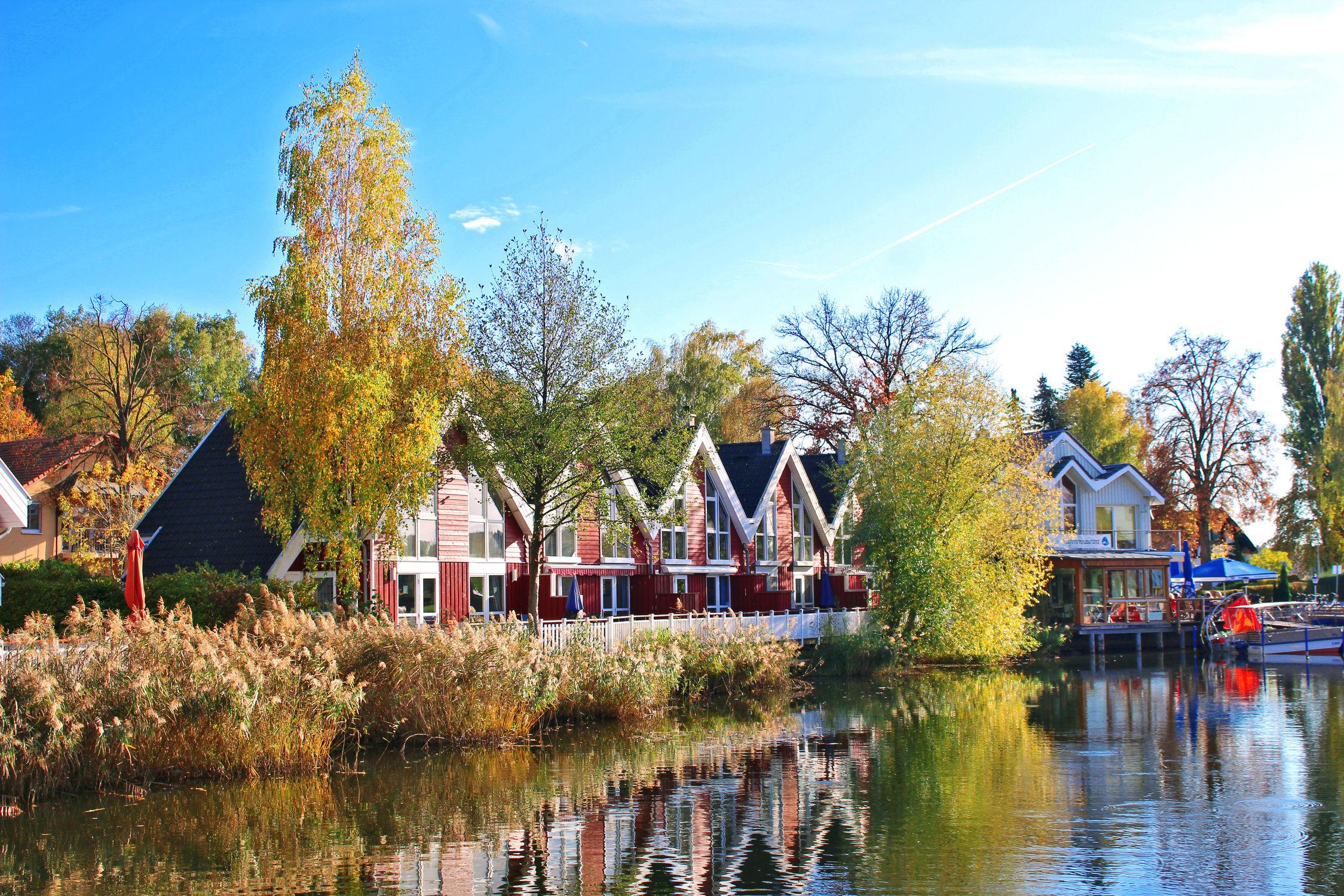Bild mit Landschaften, Gewässer, Häuser, Häfen, Haus, Seeblick, See, Scharmützelsee, Haus am See, Spiegelung, Reihenhaus, Reihenhäuser