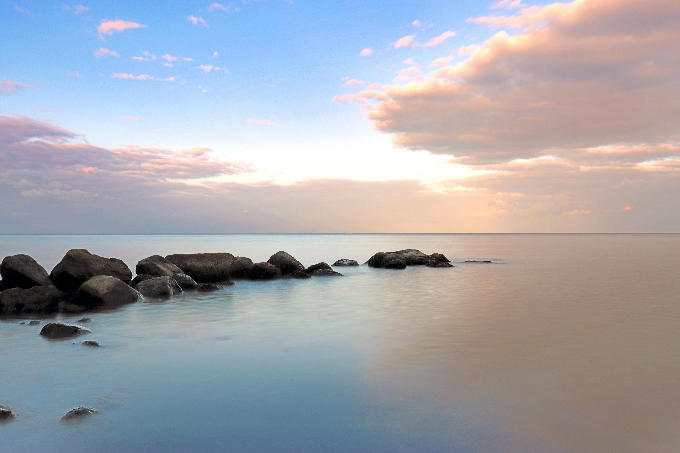 Bild mit Wasser, Himmel, Wolken, Gewässer, Felsen, Strände, Brandung, Stein, Urlaub, Strand, Ostsee, Meer, Steine, See, Abend, mystisch, Gestein, Fels, pastell, morgen