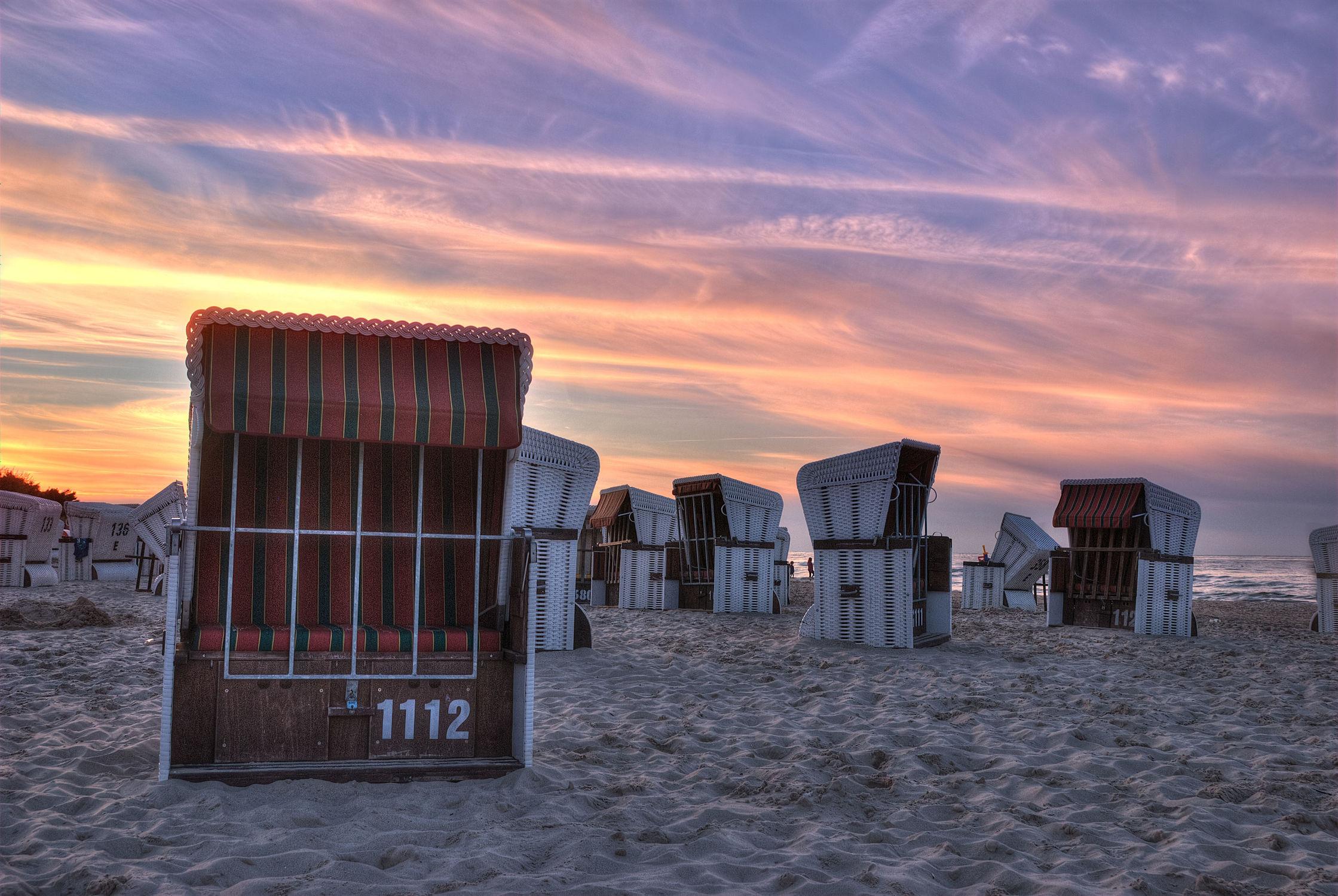 Bild mit Gewässer, Sonnenuntergang, Sonnenaufgang, Strand, Sandstrand, Strandkörbe, Ostsee, Meer, Strandkorb, Am Meer