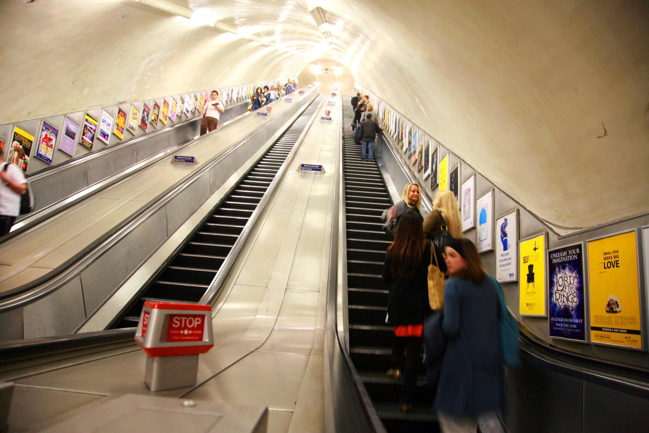 Bild mit Städte, London, Stadt, City of London, City, Bahn, Bahnen, Rolltreppe, Rolltreppen, London Underground