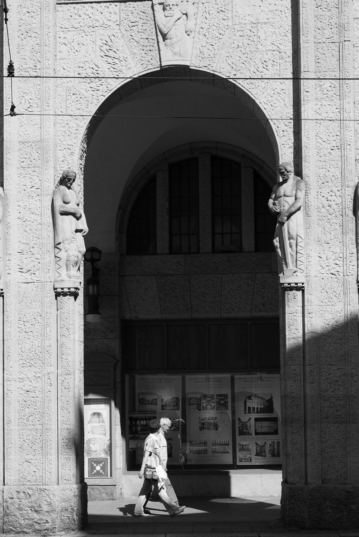 Bild mit Straßen und Wege, Görlitz, Architektur in Schwarzweiß, Filmstadt Görlitz, Kaufhaus, bogengang