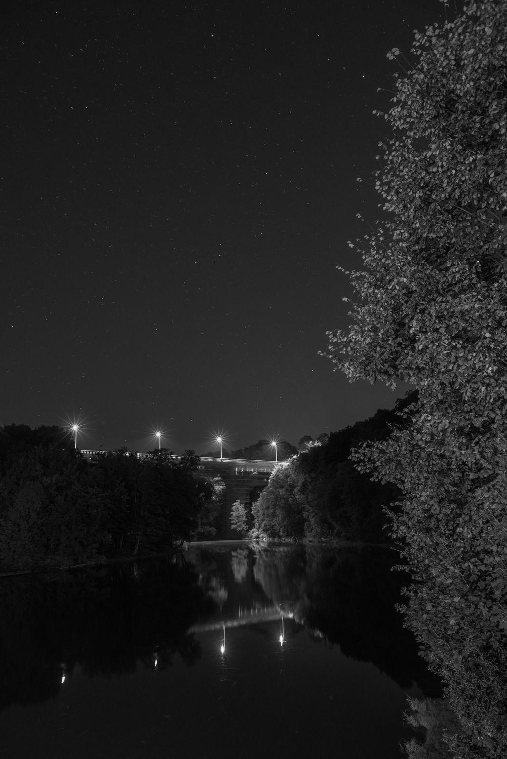 Bild mit Görlitz, Görlitz und Umgebung, Eisenbahnbrücke, Nacht, schwarz weiß, Laternen, Fluss, Wasserspiegelung