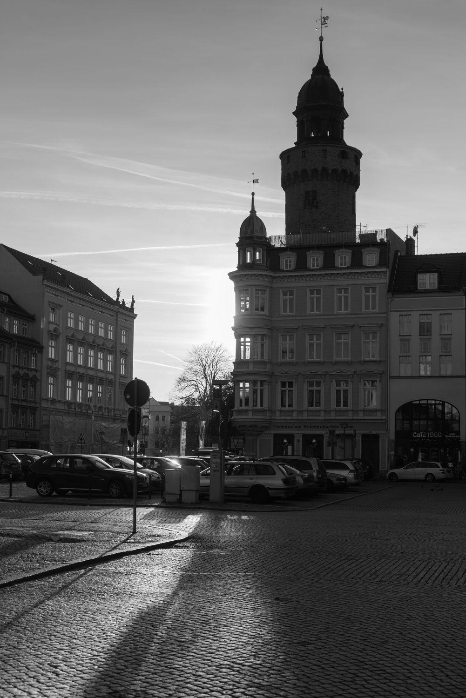 Bild mit Säulen und Türme, Gegenlicht, Görlitz, Architektur in Schwarzweiß, schwarz weiß, Pflastersteine