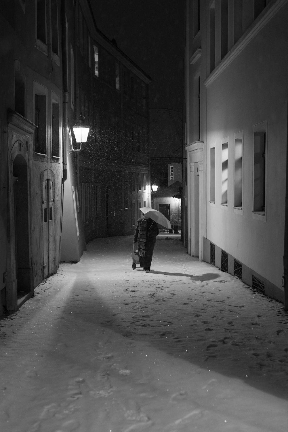 Bild mit Winter, Schnee, Görlitz, Nacht, schwarz weiß, Laterne, Gassen, Görlitzer Altstadt
