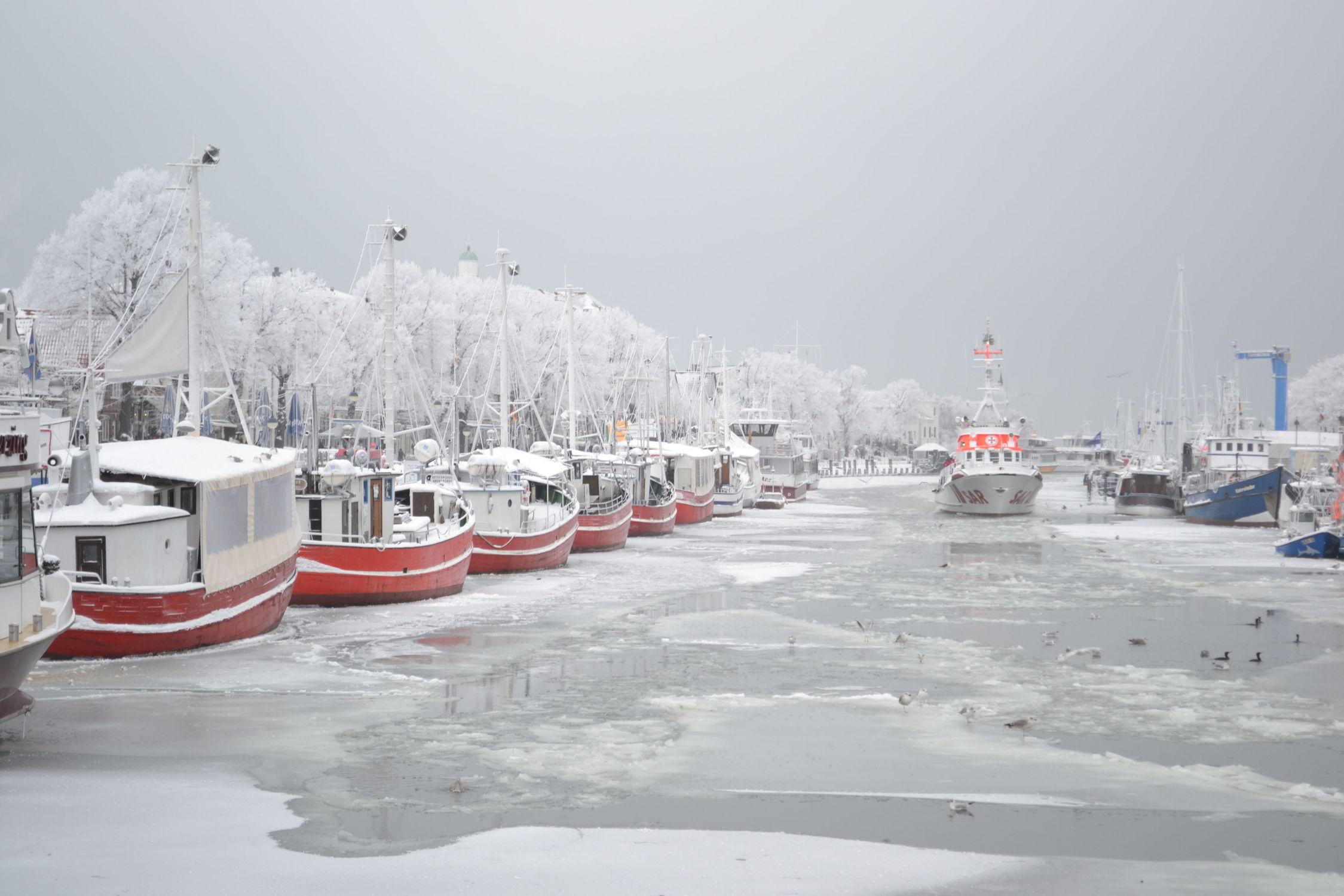 Bild mit Winter, Schnee, Eis, Häfen, Ostsee, Schiff, boot, Meer, Boote, Frost, Warnemünde