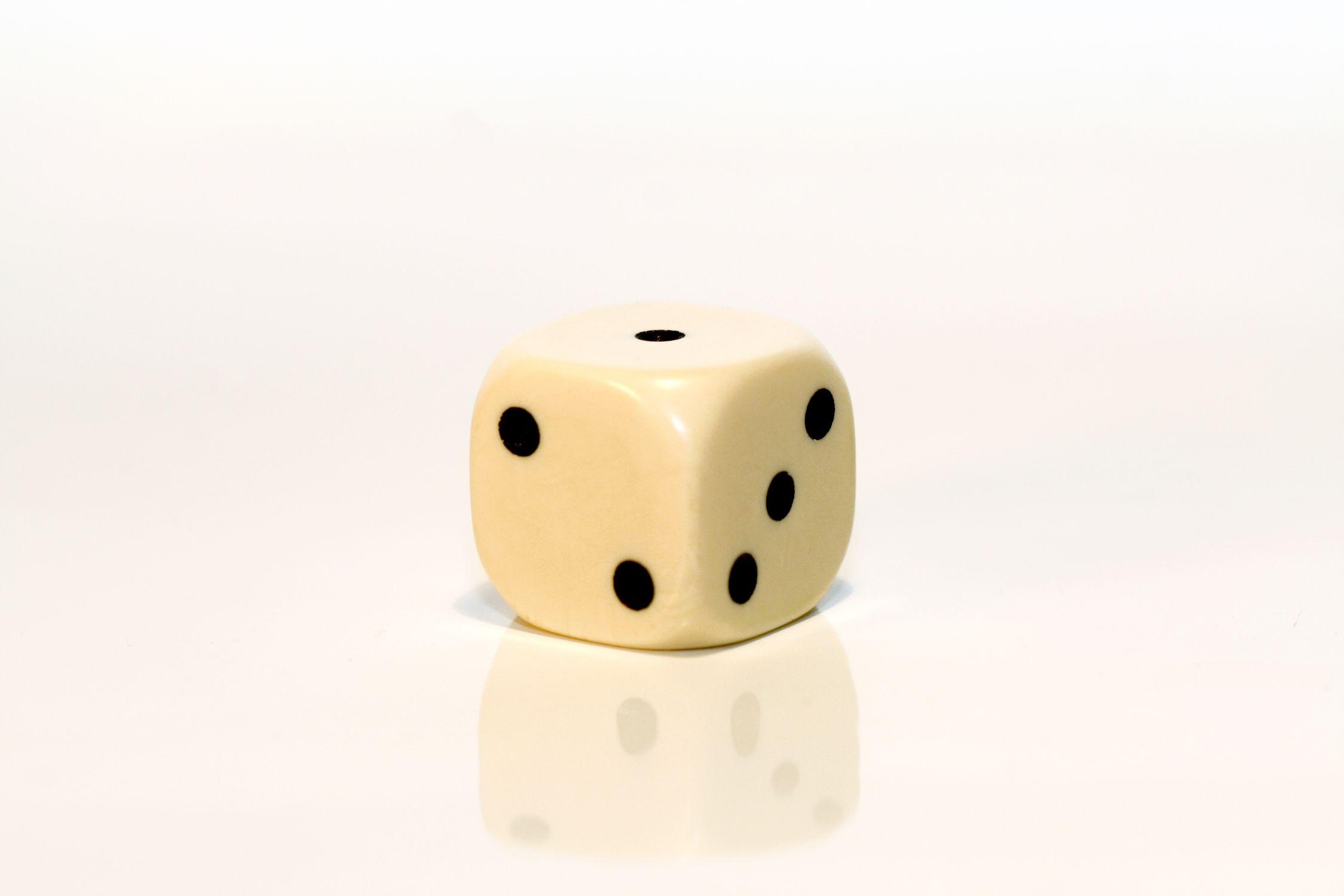 Bild mit Gegenstände, Weiß, Spiele und Spielzeuge, Würfel, Spielewürfel, Spielwürfel, Glückswürfel, Würfelspiel, 6er Würfel, Elfenbein Würfel