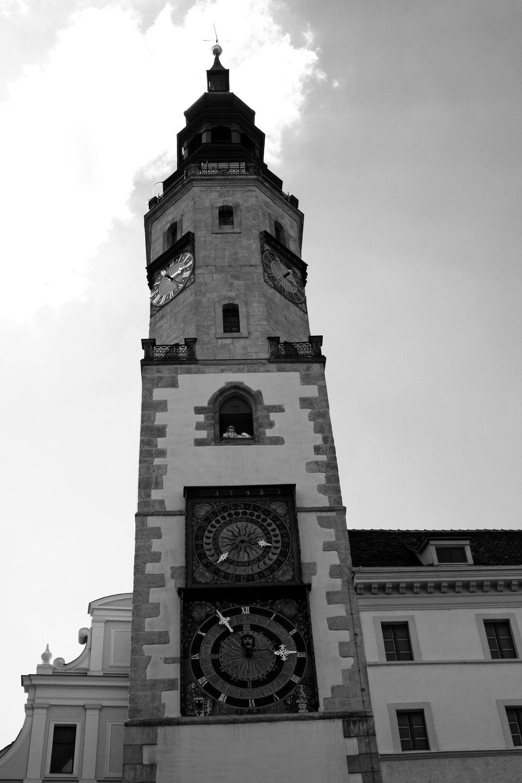 Bild mit Farben, Gegenstände, Natur, Himmel, Weiß, Architektur, Bauwerke, Gebäude, Wahrzeichen, Deutschland, Säulen und Türme, Glockentürme, Uhren, Gotteshäuser, Kirchen, Kirchtürme, Rathaus
