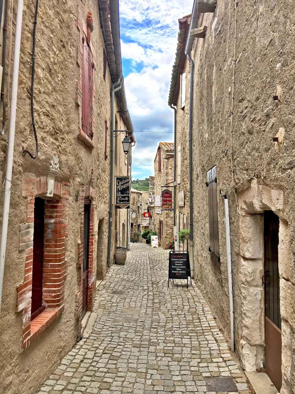 Bild mit Gebäude, Häuser, Frankreich, Okzitanien, Minerve, cathare de Minerve, Menèrba, Département Hérault, südfranzösische Gemeinde, mittelalterliche Ort, Gasse, Haus, Strasse, Haus Gasse, romanische Kirche
