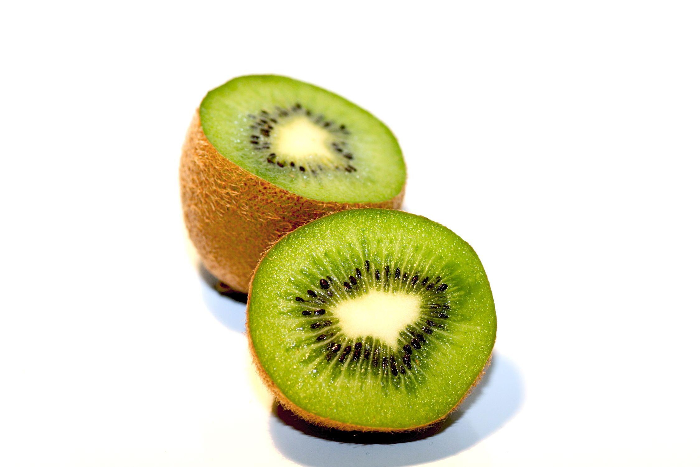 Bild mit Früchte, Lebensmittel, Essen, Frucht, Fruit, Fruits, Kiwi, Kiwies, Kiwifrucht, Kiwi vor weißem Hintergrund, Küchenbild