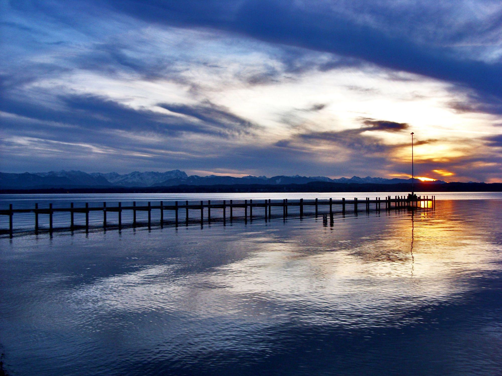Bild mit Natur, Elemente, Wasser, Landschaften, Himmel, Wolken, Gewässer, Küsten und Ufer, Meere, Strände, Horizont, Brandung, Wellen, Sonnenuntergang, Architektur, Blau, Dämmerung, Industrie, Häfen