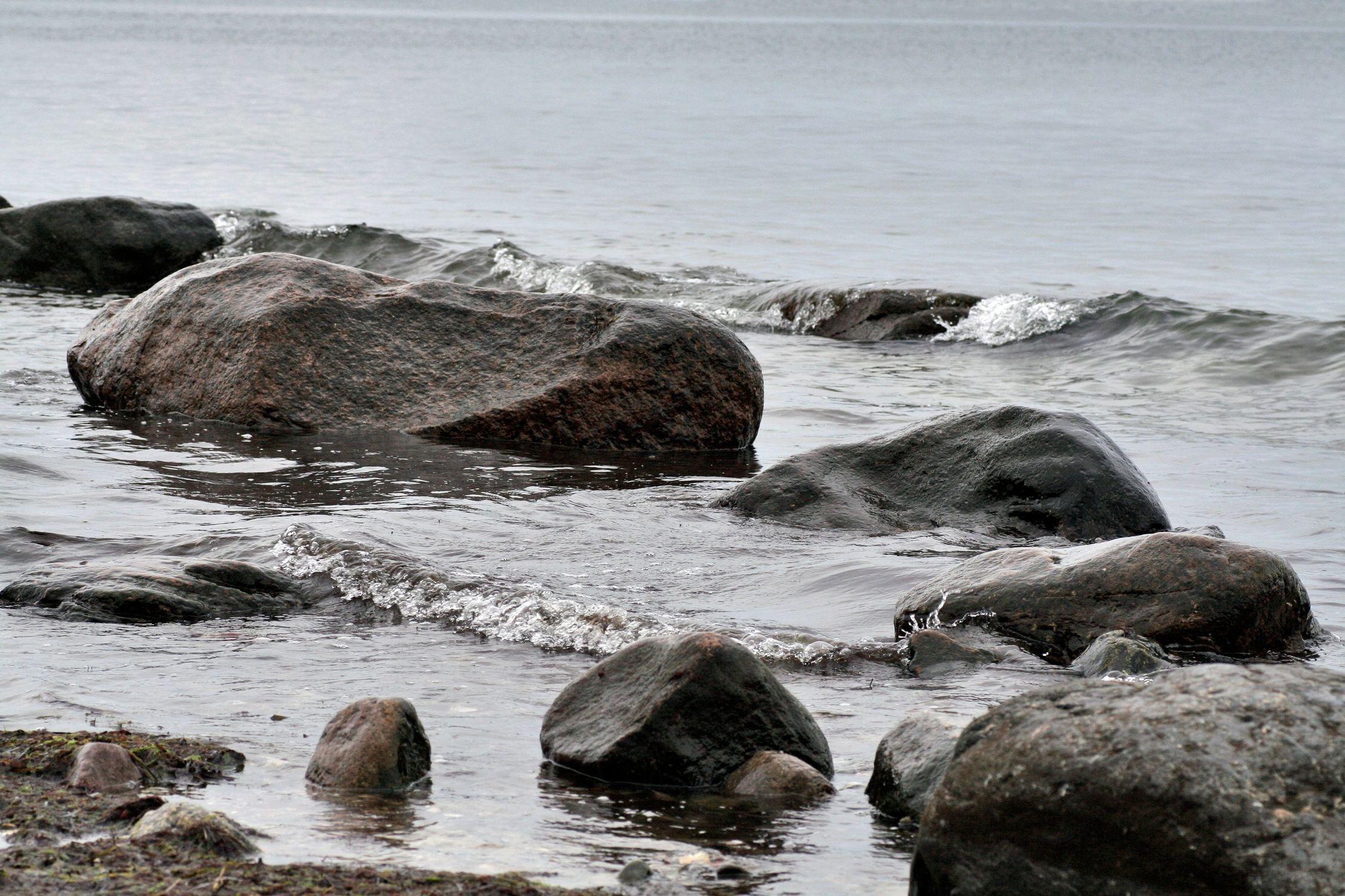Bild mit Natur, Elemente, Wasser, Landschaften, Gewässer, Küsten und Ufer, Flüsse, Felsen, Meere, Brandung, Wellen