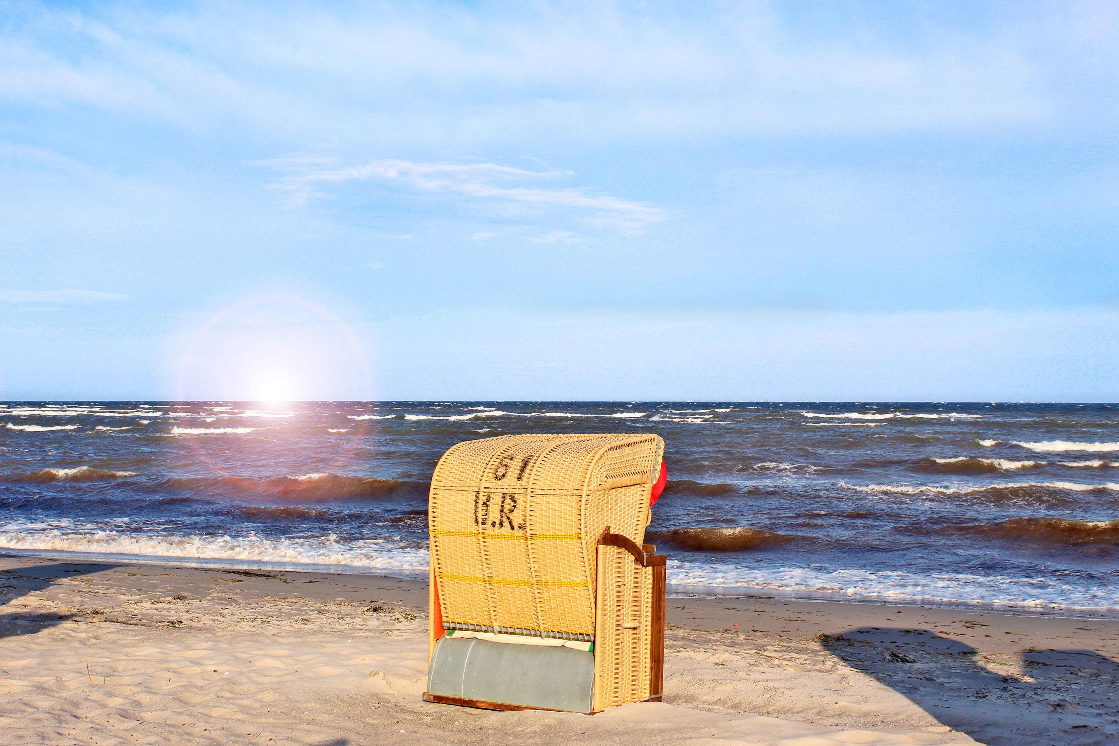 Bild mit Natur, Himmel, Wolken, Strände, Horizont, Wellen, Sand, Sonnenuntergang, Urlaub, Blau, Sonnenaufgang, Strand, Strandblick, Meerblick, Strandkörbe, Panorama, Ostsee, Lübecker Bucht, Grömitz, Meer, Wolkenhimmel, Strandkorb, Landschaft, Düne, Sunset, Wolkengebilde, Sky, Seeblick, Dünengras, Urlaubsbild, Urlaubsfoto, Holliday, Nordsee, Strandkorb am Meer, Blauer Himmel mit Gegenlicht, Schleswig, Holstein, Ostholstein