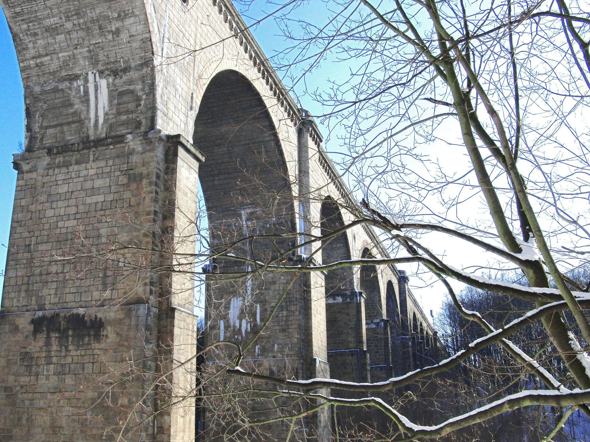 Bild mit Natur, Pflanzen, Bäume, Architektur, Bauwerke, Brücken und Bögen, Bögen, Brücken, Bogenbrücken, Aquädukte, Viadukte