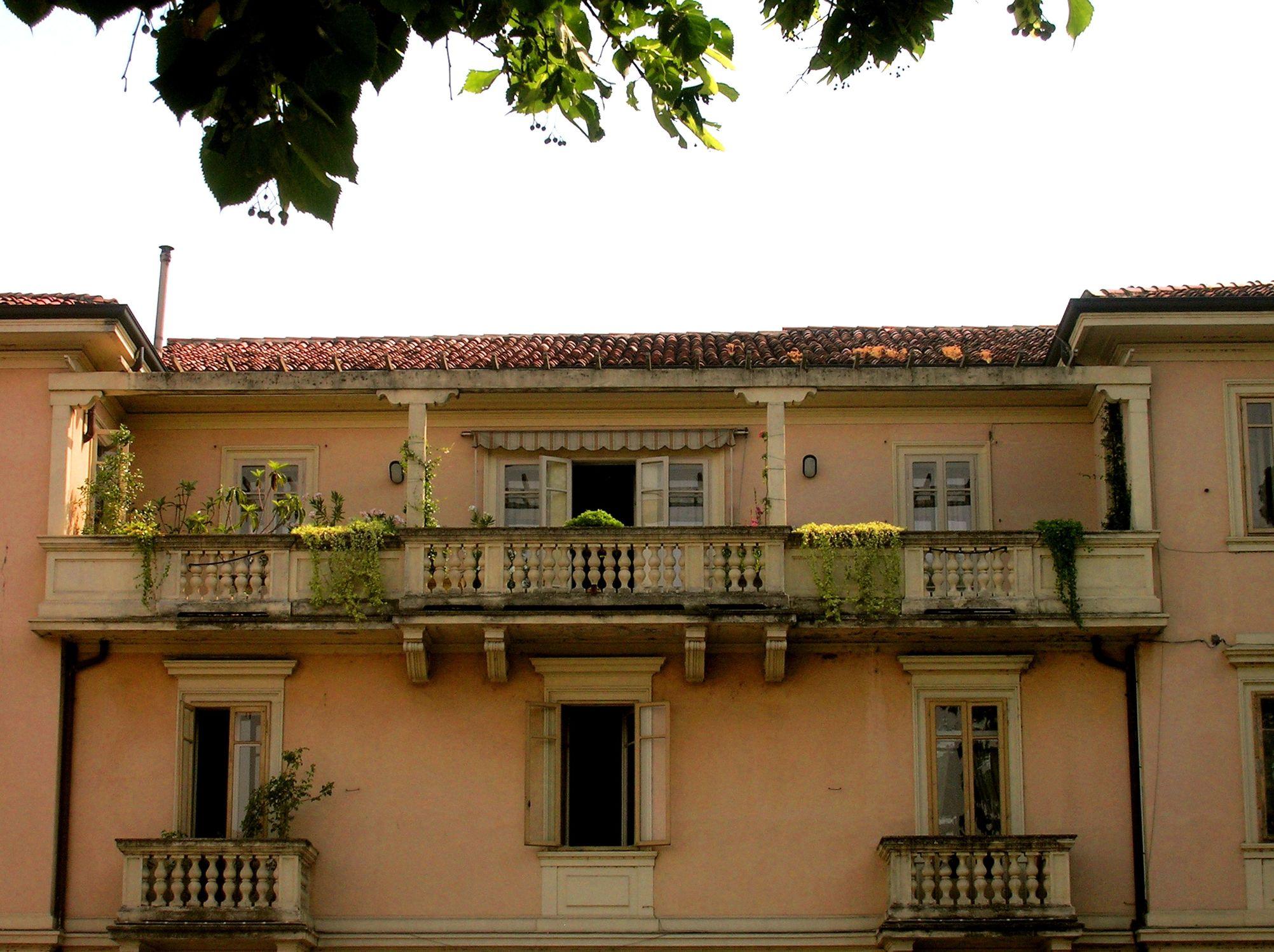 Bild mit Architektur, Bauwerke, Gebäude, Italien, Gardasee, Gebäudeteile, Häuser, Fenster, Balkone