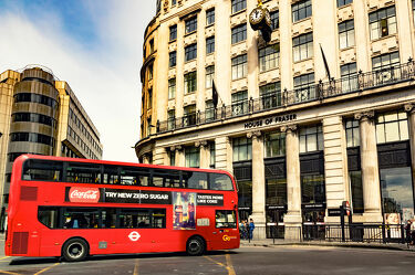 Bild mit Architektur, Gebäude, Häuser, England, London, Reisen, Reisefotografie, Europa, Verkehr, stadtansicht, großbritannien, Tourismus, Weltstadt, Streetfotografie, UK, Bus, Doppeldecker Bus, House of Fraser, Kaufhaus, Underground, roter Bus