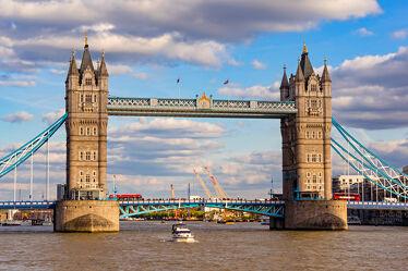 Bild mit Menschen, Wolken, Wahrzeichen, Schiffe, Tower Bridge, England, London, Schiff, boot, Boote, Sehenswürdigkeit, Brücke, Themse, Reisen, Reisefotografie, turm, Europa, Türme, Großstadt, großbritannien, Touristen, Fluss, Tourismus, Weltstadt, UK