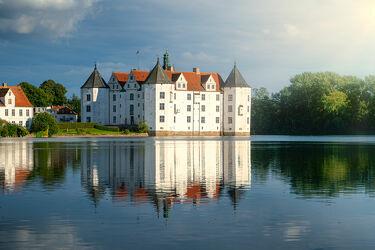 Bild mit Sommer, Schloss, Burg, Blauer Himmel, See, Spiegelung, Norddeutschland, Flensburg, Tag, Schloss Glücksburg