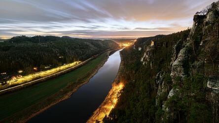 Bild mit Berge, Bäume, Felsen, Sonnenuntergang, Landschaft, Nacht, Fluss, Elbe, sächsische schweiz