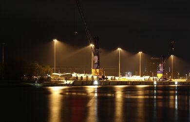Bild mit Wasser, Kräne, Häfen, Licht, Nacht, Kanal, Nord_Ostsee_Kanal, Rendsburg, Windkraft