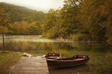 Bild mit Natur, Wasser, Gewässer, Wälder, Seen, Herbst, Wald, boot, Boote, Steg, Holzsteg, See, Ruhe, Entspannung, Park, Teich, Frieden, Stege, friedlich