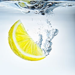 Bild mit Gelb, Wasser, Lebensmittel, Blau, Trinken, Sommer, Küchenbild, aqua, Küchenbilder, KITCHEN, erfrischend, Küche, Lemone, Dynamisch, Splash, Drink, Zitrone, zitronen