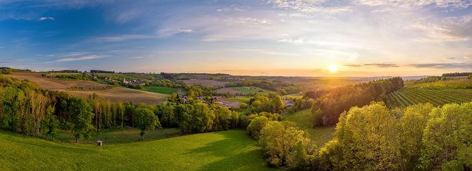 Bild mit Grün,Himmel,Bäume,Horizont,Sonnenuntergang,Österreich,Panorama,Landschaft,Felder,weite,Abendstimmung,Schatten,Oberösterreich,Scharten