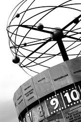 Bild mit Architektur, Berlin, Uhr, schwarz weiß, SW, Weltuhr, Zeit