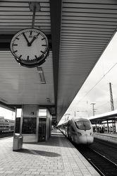 Bild mit Architektur, Züge, Uhr, schwarz weiß, SW, Bahnhof, nürnberg, stationen, haltestellen