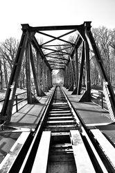 Bild mit Stadt, Brücke, City, Eisenbahnbrücke, schwarz weiß, Schienen