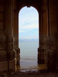 Blick durch Säulen