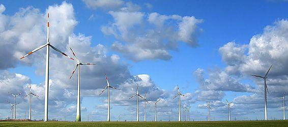 Bild mit Himmel, Wolken, Sommer, Wolkenhimmel, Wiese, Feld, Felder, Wolke, Wiesen, Weiden, Wind, Windräder, windrad