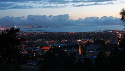 Nachtaufnahme von Berkeley und San Francisco