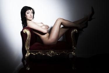 Nackte Akt Schönheit auf dem Sofa