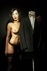 Nackte Hostess neben Smoking Akt