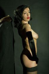 Nackte Lady mit schwarzen Handschuhen
