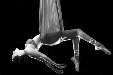Ballerina im Tuch