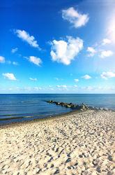 Bild mit Wasser,Wolken,Gewässer,Felsen,Wellen,Wellenbrecher,Strand,Sandstrand,Meerblick,Ostsee,Meer,Wolkenhimmel,Steine,Wolkengebilde,clouds,Nordsee,Küste