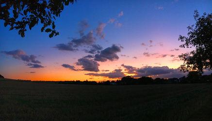 Bild mit Wolken, Horizont, Sonnenuntergang, Sonnenaufgang, Dämmerung, Wolkenhimmel, Sunset, Wolkengebilde, Sky, Wolken am Himmel, Himmel Panorama, Wolkenhimmel Panorama, Weitblick, Wolken Himmel, cloud, clouds, Sky panorama, Sky panorama