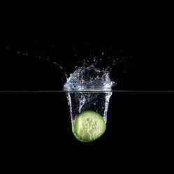 Bild mit Wasser, Makro, Gurke, Wassertropfen, Waterdrop, Tropfen, nahaufnahme, Splash, drop, Watersplash, Makrofototgrafie, Gurken, Gurkenscheibe