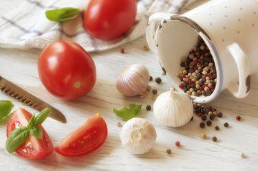 Bild mit Lebensmittel, Tomate, Tomaten, Gemüse, Küchenbild, Stillleben, Food, Küchenbilder, KITCHEN, Küche, Küchen, knoblauch, tomatos, Kochbild, vegan, kochen, Gewürze, Pfeffer