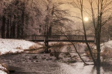 Bild mit Natur, Landschaften, Nadelbäume, Winter, Schnee, Gewässer, Flüsse, Brücken, Landschaft, Brücke, Bach, Weihnachten, winterlandschaft, Winterlandschaften, Kälte, Frost, Fluss, winterwunder
