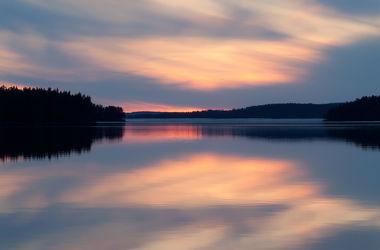 Bild mit Natur, Landschaften, Himmel, Bäume, Seen, Sonnenuntergang, Sonnenaufgang, Tannen, Meer, Landschaft, See, Seelandschaft, Skandinavien
