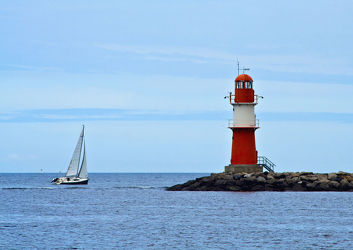 Bild mit Segelboote, Leuchttürme, Segelboot, Ostsee, Meer, Segelschiff, See, Norddeutschland, Leuchtturm, Warnemünde