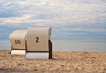 zwei Strandkörbe an der Ostsee