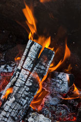 Bild mit Holz, Feuer, Flammen, Skandinavien, warm, gemütlich, Outdoor, brennholz, feuerholz, lagerfeuer, flamme, grillen, camping, asche, kohle
